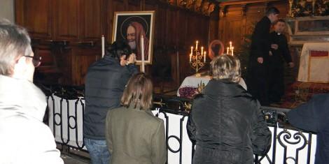 In preghiera dinanzi alla reliquia di San Pio