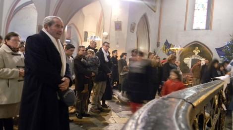 Grenoble 9 - I fedeli infila per baciare la reliquia