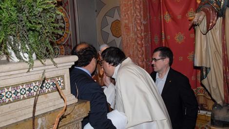 Torino 6 bacio di don ettore alla statua