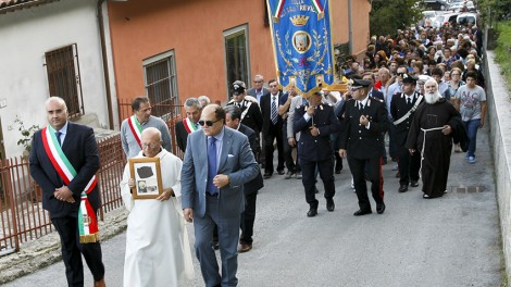 Trevico processione - Processione delle reliquie di San Pio per le vie del paese