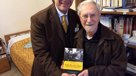 Il priore e P. Marciano Morra con uno dei tanti suoi libri