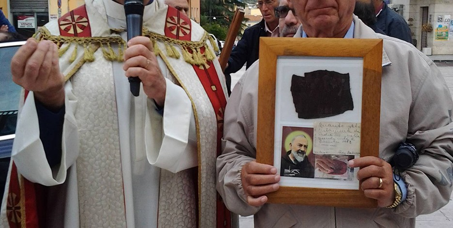 Il parroco mons. De Paola accoglie la reliquia di Padre Pio