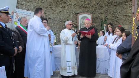 Grotta Madonna con arcivescovo 2 - Il vescovo De Rosa con il parroco Don Alfonso il sindaco di Ponte e tutti