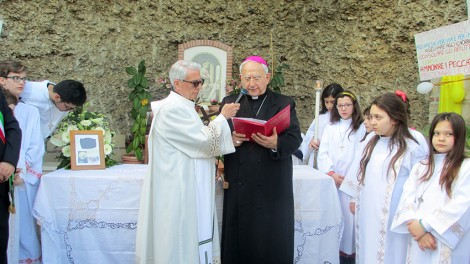 Grotta Madonna con arcivescovo - Il vescovo De Rosa presiede il rito di accoglienza
