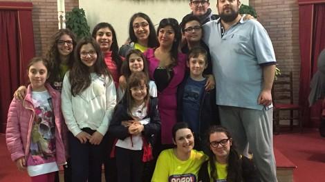 Grupo ragazzi con soprano elena martemianova web - I ragazzi della parrocchia che posano con la soprano Elena Martemianova