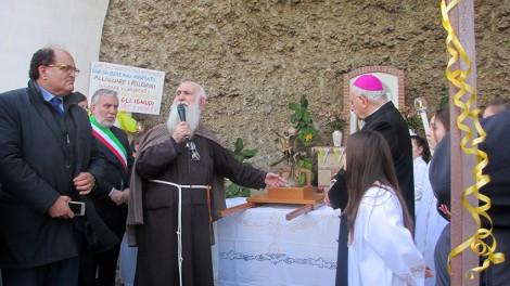 Padre riccardo nella grotta - Padre Riccardo Fabiano, cappuccino confratello di Padre Pio, ha accompagnato le reliquie