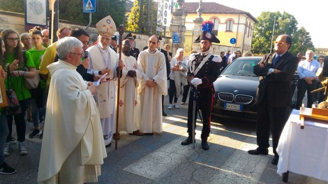 IMG-20160530-WA0106 - Altra immagine dell'arrivo delle reliquie con il sindaco di San Pietro di Mourbio.