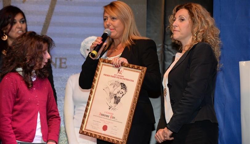 """D.ssa Giovanna Fiume dona il riconoscimento speciale al comitato """"Insieme per..."""" e ai bambini."""