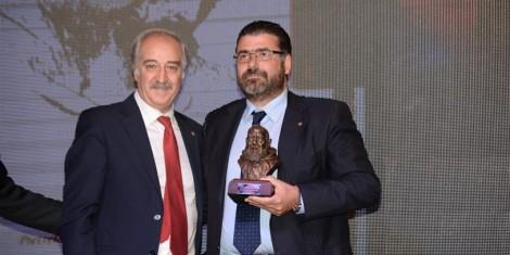Il dottor Antonino Mondello, presidente UNMS, premia la Pegaso del dr. Danilo Iervolino