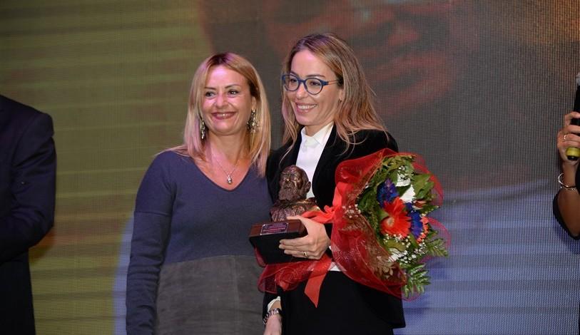 L'avvocato e dirigente scolastico Daniela Costanzo Premia la d.ssa Monica Matano, dirigente ufficio scolastico per la provincia di Benevento