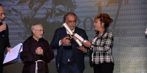 P. Marciano e la prof.ssa Teresa Sorrentino premiano il prof. Carlo Alberto Pallaoro