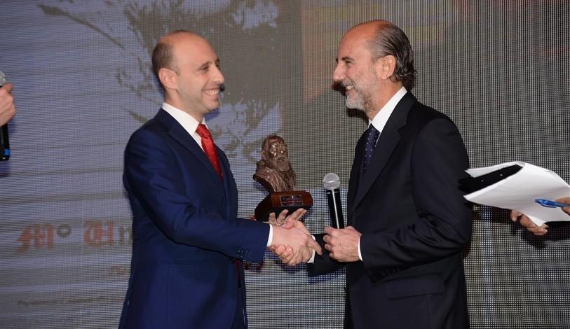 L'artista Umberto Scipione riceve il premio da Gianfranco Mileto