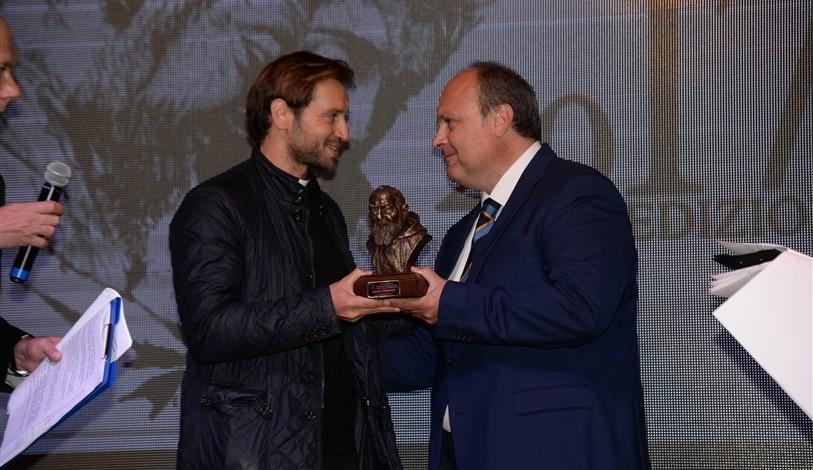 Don Davide Banzato ritira il premio per Chiara Amirante, premia il presidente Azione Cattolica diocesana Vincenzo Mastronardi