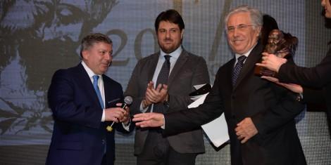 Gerardo Capozza riceve il premio dal Sindaco Masone e dall'avv. Antonio Froncillo