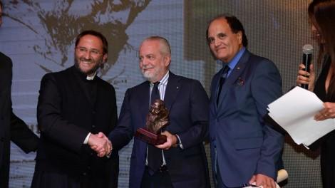 De Laurentiis premiato da Don Nicola Gagliarde e dal direttore Gianni Mozzillo