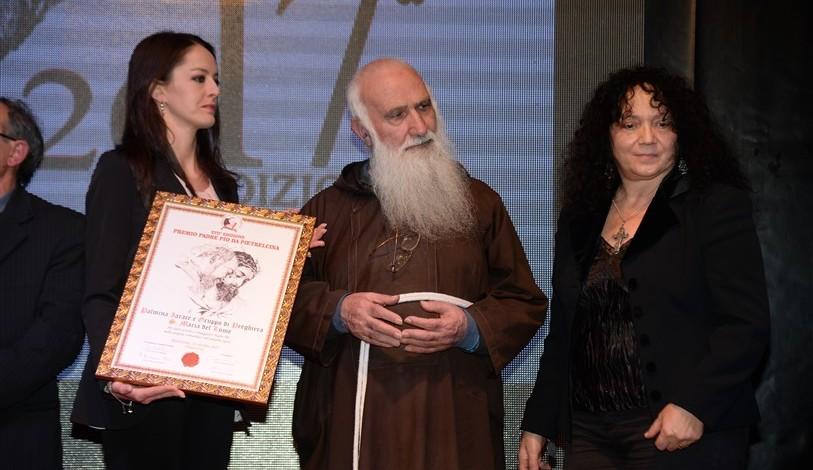 P. Riccardo Fabiano da il riconoscimento a Palmina Iarace, di Pellaro (RC)