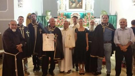 La vestizione degli Araldi a Ponza. Pietro Vigorelli e alcune personalità dell'isola con il Priore, il direttore e padre Riccardo.