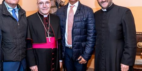 Altra foto con i vertici degli Araldi di San Pio da Pietrelcina con l'arcivescovo di Benevento mons. Felice Acrocca.