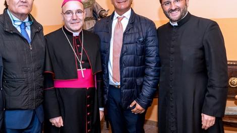 Acrocca3 - Altra foto con i vertici degli Araldi di San Pio da Pietrelcina con l'arcivescovo di Benevento mons. Felice Acrocca.