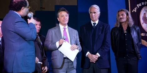 Il priore, il direttore e l'assistente spirituale degli Araldi con il presidente Gianni Malagò.