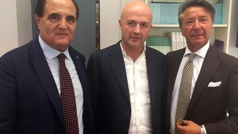 Il priore Giovanni Pimpinella e il direttore Gianni Mozzillo con il giornalista Gianluigi Nuzzi