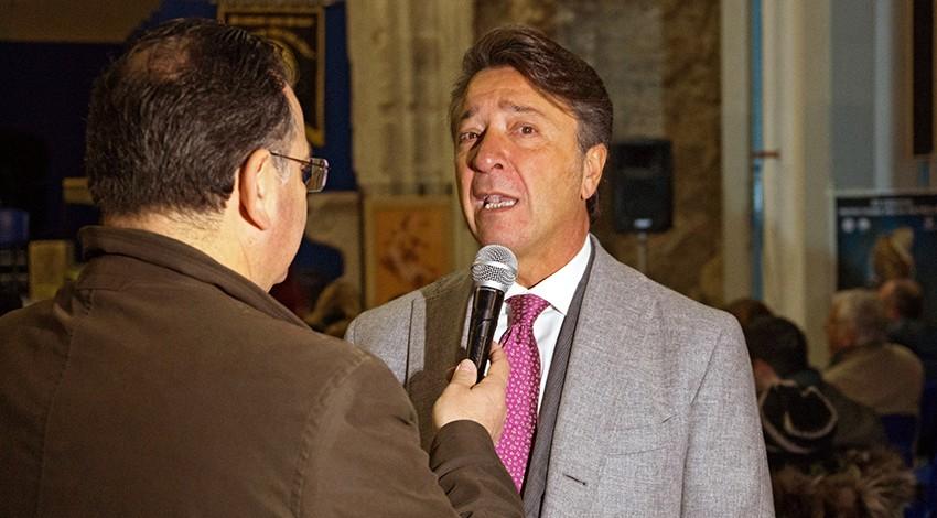 Il priore durante un'intervista televisiva