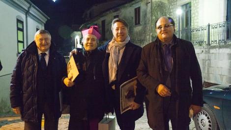 Sigarini 2 - Il Priore Giovanni Pimpinella, il direttore Gianni Mozzillo e lo scienziato Giulio Tarro con il vescovo Sigarini