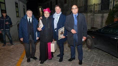 Sigarini3 - Il Priore Giovanni Pimpinella, il direttore Gianni Mozzillo e lo scienziato Giulio Tarro con il vescovo Sigarini