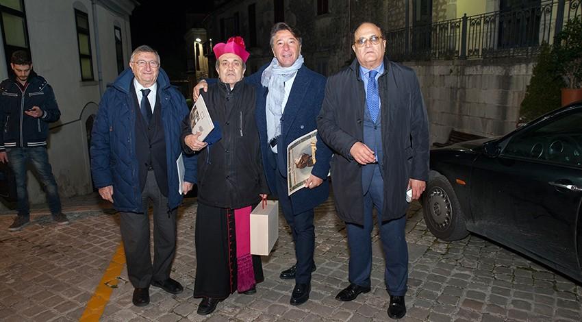 Il Priore Giovanni Pimpinella, il direttore Gianni Mozzillo e lo scienziato Giulio Tarro con il vescovo Sigarini