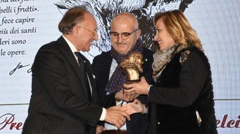 Premio: famiglia Adiletta - L'Avv. Loreto D'Aiuto premia la famiglia Adiletta