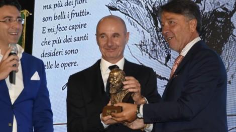 Ing. Roberto Gualini - Il priore degli Araldi di San Pio Giovanni Pimpinella premia l'ing. Roberto Gualini