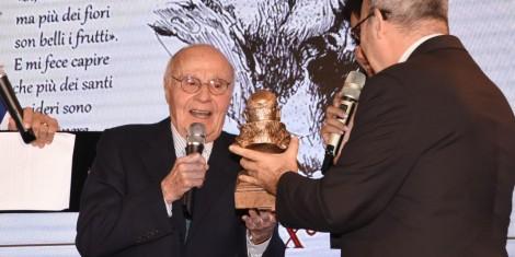 Tito Stagno riceve dalle mani dell'arcivescovo di Benevento S. Ecc. Mons. Felice Acrocca il premio.