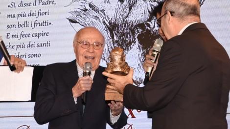 Giornalista Tito Stagno - Tito Stagno riceve dalle mani dell'arcivescovo di Benevento S. Ecc. Mons. Felice Acrocca il premio.