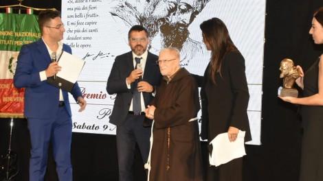 P. Marciano Morra e il prof. Aurelio Tommasetti - P. Marciano Morra premia il prof. Aurelio Tommasetti