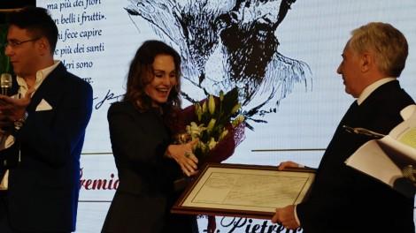ANTONELLA PONZIANI - L'attrice Antonella Ponziani premiata dal Sindaco di Pietrelcina Domenico Masone che le dona copia del certificato di nascita di Padre Pio