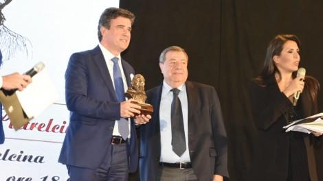 Dott. Giovanni Di Monde premiato da dott. Franco Buononato, giornalista de Il Mattino - Dott. Giovanni Di Monde premiato da dott. Franco Buononato