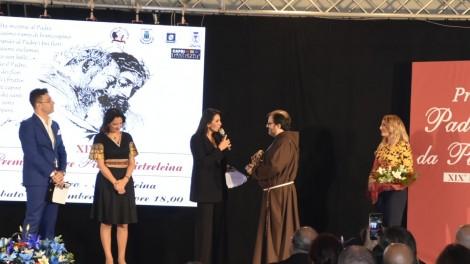 Momento premiazione di Safiria Leccese - Momento della premiazione di Safiria Leccese con fra Francesco Di Leo