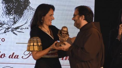 Safiria Leccese premiata - Safiria Leccese premiata da fra Francesco Di Leo, vicario provinciale dei frati Cappuccini di Sant'Angelo e Padre Pio