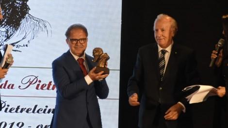 Prof. Antonio Cisternino - Il prof. Antonio Cisternino premiato dal consigliere nazionale UNMS Comm. Carmine Diez