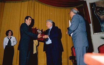 Zavoli3 - Zavoli mentre riceve il premio.